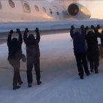 Примёрзший к площадке перед ВПП Ту-134 толкали пассажиры (ВИДЕО) http://t.co/Yf2SYNbTKc http://t.co/VFuU0C20Wm
