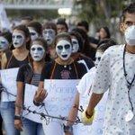 Hombres con labios de rojo y tacones rechazan la violencia contra las mujeres | El Comercio http://t.co/pMKmtJjnIS http://t.co/i3h4zjf83g
