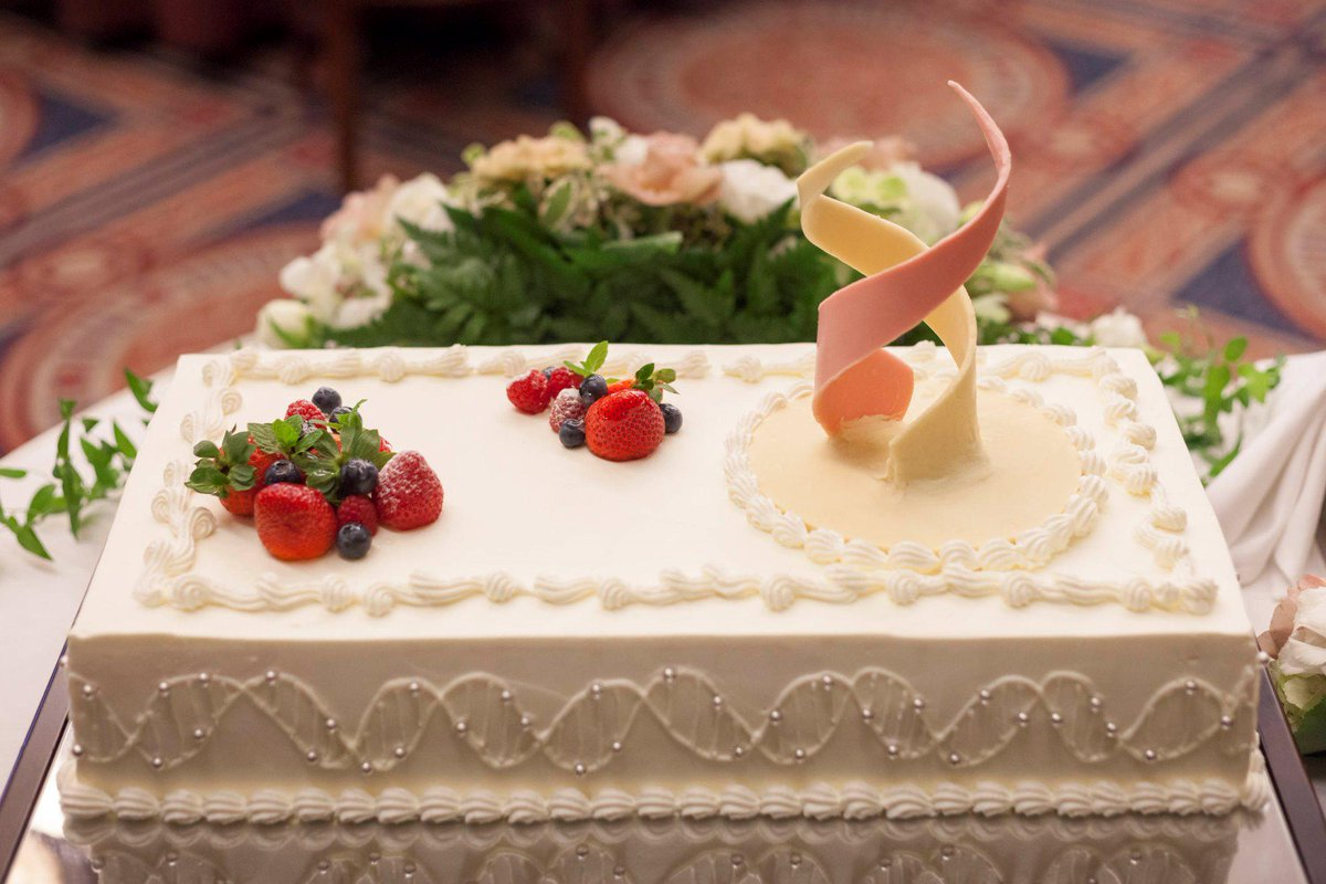 遺伝子を研究するおふたりの披露宴に登場したDNA二重螺旋構造ウエディングケーキが美しかった件。 http://t.co/gce2NT0n81