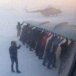 Россия настолько сурова, что пассажирам иногда приходится толкать примерзший к взлетной полосе самолет. http://t.co/hUs4RU5YxG