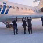 Passengers pushing a plane in a frozen runway somewhere in Russia ! http://t.co/Wk1m2k4XND