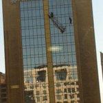 [AHORA] Bomberos trabaja en rescate de dos trabajadores desde un andamio en Hotel Crowne Plaza (foto @tigerspitfire) http://t.co/hpmENy2rho