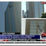 ESTÁ PASANDO Bomberos intenta rescatar a dos trabajadores que penden de andamio en Crowne Plaza #CNNChile http://t.co/Gbdsyg8lne