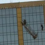 LO ÚLTIMO: Dos trabajadores cuelgan en Hotel Crowne Plaza, bomberos trabaja en el lugar. FOTO @tigerspitfire http://t.co/i9l5a5D6j3