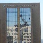 ACTUALIZADO: Bombero trabaja en rescate de un trabajador que pende de andamio en Hotel Crowne Plaza. http://t.co/K72uTNE2pv