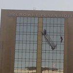 Impactante: Trabajadores cuelgan de un andamio desde gran altura en el Hotel Crowne Plaza --> http://t.co/ZIC1yBIeHv http://t.co/Enr7fceiXW