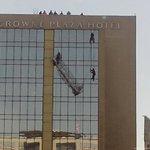 AHORA: Operador de rescate GRIMP @cbsantiago comienza el descenso para rescate de trabajadores. http://t.co/oAIYqgJVko @biobio