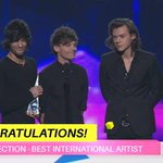 These UK boys are headed home with one very pointy statue… #1DARIAs #ARIAs http://t.co/w2cx5lLThW