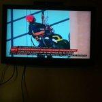 Operador Grimp de Bomberos Santiago comienza labores de rescate de los trabajadores que penden en andamio colgante http://t.co/f3amWmH1u2
