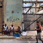 """Desde tempranito Pilar y sus dos hijos salen a trabajar en su nuevo puesto de """"frutas y verduras"""". #Cuba http://t.co/9zulBuAwyX"""