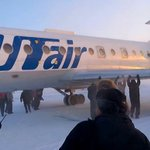 Passengers help push Russian plane after wheels were frozen to ground in –52C Siberia. http://t.co/VOXZzDFgs7 http://t.co/3KWvgcx3Rs