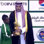 #خليجي22_مع_الملكيات : نواف العابد يستلم جائزة أفضل لاعب في #خليجي22 http://t.co/D50qCcWSR4