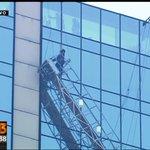Bomberos rescataron a empleados que estaban en andamio del hotel Crowne Plaza, en #Chile. Vía @T13 http://t.co/qlq9AIDs1G