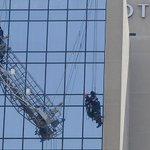 FOTOS   Rescatan a trabajadores que pendían de andamio en Hotel Crowne Plaza http://t.co/lXComZOhfH http://t.co/lHhiMN2s2m