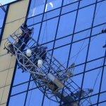 [Fotos] Bomberos rescató a dos trabajadores que colgaban de andamio http://t.co/FGx9f4sQCD http://t.co/Zxr7ZMQ2aQ