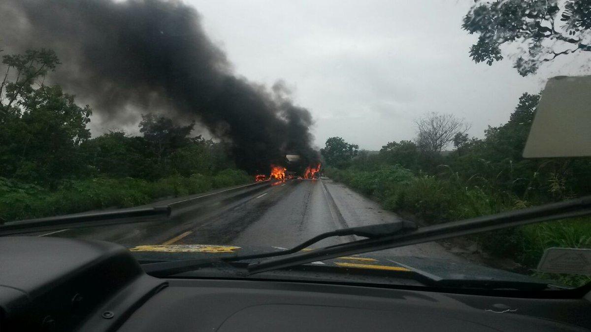 Atenção motoristas! Caminhões pegam fogo após acidente e bloqueiam trecho da BR-364 http://t.co/vQXQlAW5hY http://t.co/OaQ16oxOq9