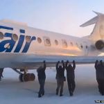 """Passengers """"get out and push"""" frozen plane in Russia http://t.co/i3YsFWHMJA http://t.co/43dSrWX4ND"""