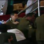 AHORA: Carabineros desaloja tribunas por orden del presidente de la Cámara, Aldo Cornejo. http://t.co/NYiddVKTzq