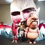 """「進撃の巨人」展、上野に""""超大型巨人""""登場 http://t.co/plg5heM6Hs 立体機動装置を身に着けた吉木りさ&巨人の服を着た千原せいじも http://t.co/mGMazdH8bD"""