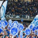 Mesmo com o resultado inesperado, a torcida do Cruzeiro canta no Mineirão enquanto os jogadores do Atlético comemoram http://t.co/2UtmLFM5uf