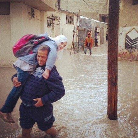 #غزة الأب : يلا يابا عالمدرسة الأبنة: ما بدي أروح الدنيا مطر والشوارع مليانه مي الأب: حتروحي حتى لو رح أحملك للمدرسة http://t.co/VV4SyEzjkf