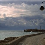Playa de #LaCaleta #Cádiz foto que hice ayer. Antes de la tormenta, paseando con la incomoda calma. http://t.co/ox8rXAWPnE