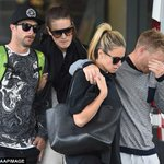 Close mate of #PhilHughes, David Warner and Candice Falzon console each other as they leave St Vincents Hospital. http://t.co/Pzj5qqPaEp
