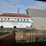 Miren el tamaño de la compuerta comparado a la caseta de control de las Esclusas de Gatún. http://t.co/At7yDfFdTP