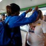 A su llegada le colocó la medalla de oro a su madre, Marta Bylon. http://t.co/VwjojtWT86