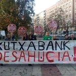Hoy frente a @Kutxabank por querer hundir en la ruina a #TodasSomosOlga en los juzgados de Gasteiz. #OlgaVsKutxabank http://t.co/54eQWGdjVE