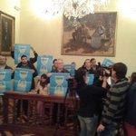 La @MareaBlancaLl pren el ple de la Diputació de #Lleida exigint que saturi la privaritzacio de la sanitat pública! http://t.co/TFk41DIoaO