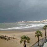 Día de chaparrones y tormentas. Así está el cielo ahora (12:20 h) en Cádiz. En directo en http://t.co/04gE5KSvZ5 http://t.co/6XoL9dRYwZ