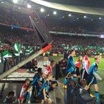 Kijk ze komen op het veld! De teams van Feyenoord en Sevilla FC. #FEYsev #UEL http://t.co/01mUepTFqR