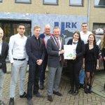EM: studentenbedrijf Play Wize @Jong_Ondernemen verkoopt eerste aandeel op Urk aan burgemeester @PvMaaren http://t.co/4Ed2vZH6jU