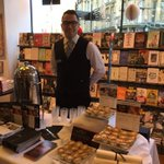 NOW @WaterstonesOxf: Festive Delight thru till 9pm: signings by Sir David Attenborough, free mulled wine & mince pies http://t.co/AWjp3vN0sn