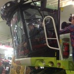 Поднялся в кабину комбайна КЛААС - комфорт уровня автомобиля. Кстати, собирают эти комбайны у нас в Краснодаре http://t.co/P1lVkVC8ly
