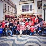 In Cascais komt deze grote groep PSV-supporters al goed in de stemming! Klasse mannen! #eendrachtmaaktmacht #psv http://t.co/AthtNOpChn