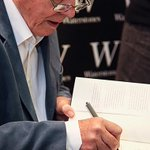 David Attenborough fans queued for up to seven and a half hours to meet him in Oxford today http://t.co/6BYTfAU0DE http://t.co/CRVme9eaR6