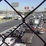 #ReporteEnVivo Caos vehicular en Av. Miguel Alemán por bloqueo de taxistas que se disputan plaza http://t.co/rsCQEP204v