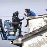 Un #bombero sancionado por negarse a desahuciar se encadena en otro desalojo en #ACoruña http://t.co/tsUczGrskS http://t.co/oYxHnG3pL4