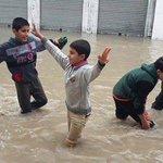 رغم كل شيء وبعيداً عن المأساة ؛ أطفال #غزة يصنعون الفرح #غزة_تغرق http://t.co/KmUvFYtWx3