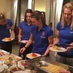 Pastaaa-time it isss! Nog een half uur, dan vertrekken we naar het stadion! Lets go! #OranjeLeeuwinnen http://t.co/rBzG5DpvIi