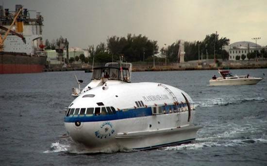 「ボーイング307ストラトライナー旅客機の胴体を再利用したボート」って・・・ナニコレ?('A`) ※画像はリンク先より http://t.co/flstoakgzg http://t.co/KwqjQQU53C