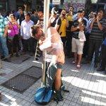 [VIDEO] La detención ciudadana que dejó a delincuente desnudo en pleno centro de Santiago http://t.co/cAJC1dJK0X http://t.co/d3UNjHASat