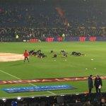 In een regenachtige Kuip is Feyenoord begonnen aan de warming-up. Nog een half uur tot de aftrap! #FEYsev #UEL http://t.co/sfTdFYrzTm