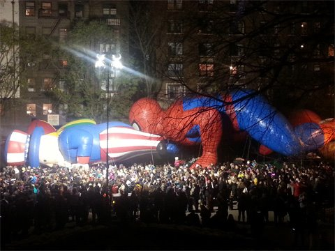Spider-Man sure is patriotic! RT @dinamartina: #MacysParade Just 12 short hours ago... http://t.co/KKFSqwZFgZ