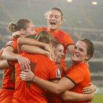 De Oranje Vrouwen knokken zich langs Italië (1-2) en plaatsen zich voor het eerst in de geschiedenis voor een WK. http://t.co/M2drxPHN3R