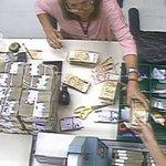 #VÍDEOS: Funcionários são flagrados desviando dinheiro no Banco Central. http://t.co/MnnC0Op1Ir http://t.co/SlfOYhWHLS