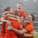 De Oranje Leeuwinnen kunnen hun geluk niet op. De koffers voor Canada kunnen worden gepakt. http://t.co/UDqD2Q3Xt2 http://t.co/2oBsQZZWbc
