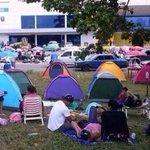 No es la gente acampando para el #BlackFriday, es el día a día en #Venezuela http://t.co/3bCIR0CWdL